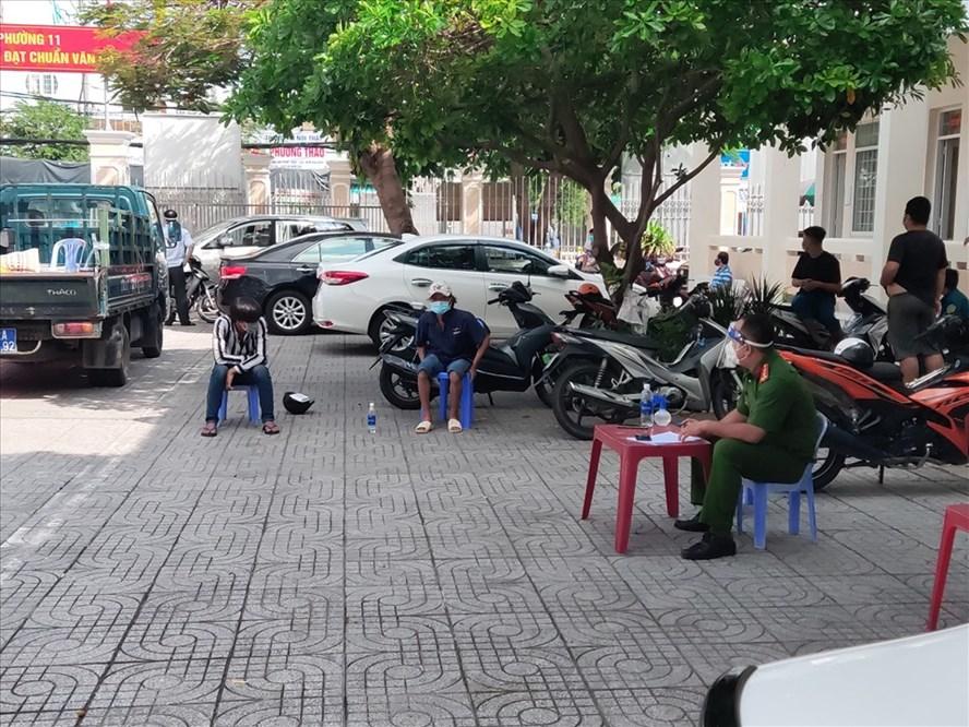 Làm việc cùng các ngư dân đăng tải clip sáng 2.9 tại UBND phường 11, TP.Vũng Tàu. Ảnh: NVN