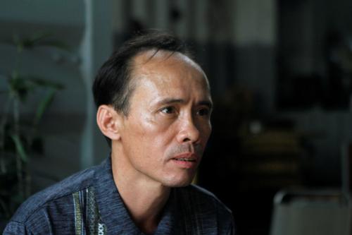 Bui Thanh Hung, bị chính quyền Mỹ trục xuất về Việt Nam vào tháng 12/2017, ngồi ở một quán cafe ven đô TP. HCM vào ngày 19/4. Ảnh: Reuters.